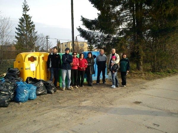 Zdjęcie 2: Jedna z grup mieszkańców przy zebranych śmieciach