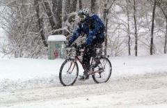 rowerzysta_chodnikiem-przy-zlej-pogodzie