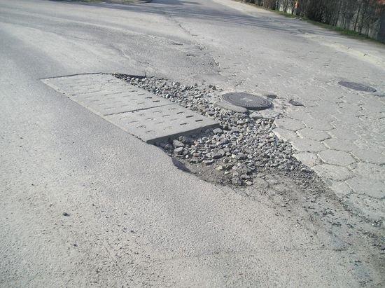 uszkodzona-droga-po-awarii-sieci-wodociagowej-2