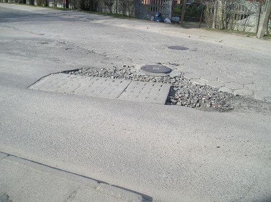 uszkodzona-droga-po-awarii-sieci-wodociagowej-3
