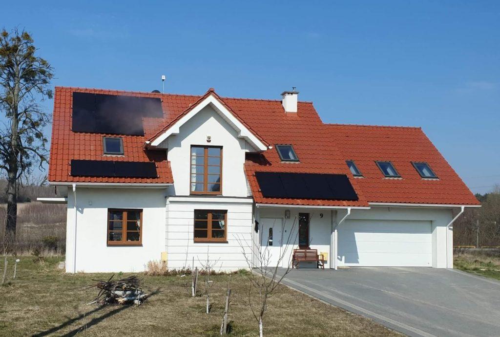 Dom z instalacją fotowoltaiczną